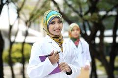 Γιατρός δύο γυναικών με το μαντίλι, υπαίθριο Στοκ εικόνα με δικαίωμα ελεύθερης χρήσης