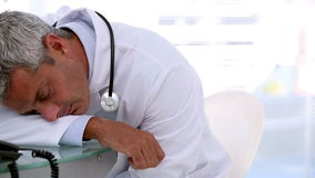 Γιατρός ύπνου σε ένα γραφείο απόθεμα βίντεο