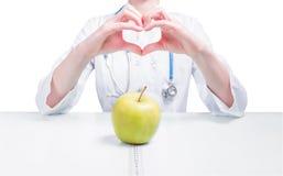 Γιατρός. Apple. Μέτρηση της ταινίας Στοκ Φωτογραφίες