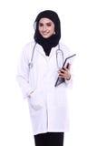 Γιατρός Muslimah που απομονώνεται στο άσπρο υπόβαθρο Στοκ Εικόνες