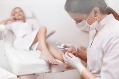 Γιατρός Podiatrist που φροντίζει για το πόδι πελατών με τον ειδικό σίδηρο επίσης Στοκ εικόνες με δικαίωμα ελεύθερης χρήσης