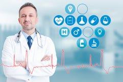 Γιατρός Trusthworthy με την εφαρμογή υγείας κοντά σε τον στο εικονικό ι Στοκ Φωτογραφία