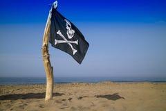 Για να ανυψώσουν τη σημαία των πειρατών Στοκ φωτογραφία με δικαίωμα ελεύθερης χρήσης