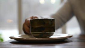 Για να βάλει σε ένα πιατάκι ένα φλυτζάνι του εύγευστου τσαγιού σε αργή κίνηση, 1920x1080, πλήρες hd φιλμ μικρού μήκους