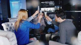 Για να γιορτάσει το γεγονός Ομάδα νέων που πίνουν το κρασί από τα γυαλιά στον καφέ απόθεμα βίντεο