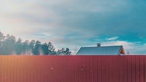 Για να ζήσει έξω από την πόλη, στην αρμονία με τη φύση στο σπίτι σας Χειμώνας Στοκ φωτογραφίες με δικαίωμα ελεύθερης χρήσης