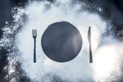Για να κάνει τα τρόφιμα στην ανατολή πρωινού στο μαύρο μαρμάρινο υπόβαθρο με το αλεύρι που καλύπτεται με τις συσκευές μαχαιριών δ στοκ εικόνες