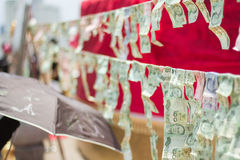 Για να κάνει την αξία με να κολλήσει τις σημειώσεις ο ένας στον άλλο λόγω της πίστης στο βουδισμό στην Ταϊλάνδη Στοκ Φωτογραφίες