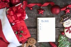 Για να κάνει τον κατάλογο στο σημειωματάριο με το υπόβαθρο Χριστουγέννων Στοκ φωτογραφίες με δικαίωμα ελεύθερης χρήσης
