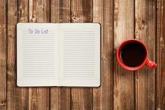 Για να κάνει τον κατάλογο σχετικά με το φλυτζάνι ημερολογίων και καφέ Στοκ φωτογραφία με δικαίωμα ελεύθερης χρήσης