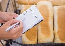 Για να κάνει το κείμενο καταλόγων στη σελίδα με το ψωμί Στοκ Εικόνα