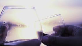 Για να κόψει το κρασί ενάντια στο ηλιοβασίλεμα απόθεμα βίντεο