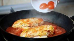 Για να μαγειρεψει το κοτόπουλο Χύστε τις ντομάτες στο κοτόπουλο φιλμ μικρού μήκους