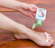 Για να τελειώσει με το pedicure, talcum σκόνη με μια συμπαθητική μυρωδιά Χέρι που ισχύει για τα πόδια στοκ εικόνα