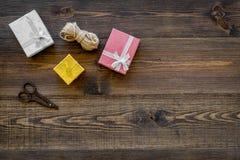 Για να τυλίξει το δώρο Κιβώτια, λεπτό σκοινί, sciccors στην ξύλινη τοπ άποψη υποβάθρου copyspace Στοκ φωτογραφία με δικαίωμα ελεύθερης χρήσης