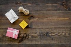 Για να τυλίξει το δώρο Κιβώτια, λεπτό σκοινί, sciccors στην ξύλινη τοπ άποψη υποβάθρου copyspace Στοκ φωτογραφίες με δικαίωμα ελεύθερης χρήσης