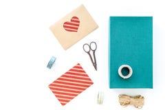 Για να τυλίξει το δώρο Κιβώτιο, έγγραφο, φάκελος, λεπτό σκοινί, ευχετήρια κάρτα, κορδέλλα, sciccors στην άσπρη τοπ άποψη υποβάθρο Στοκ εικόνα με δικαίωμα ελεύθερης χρήσης
