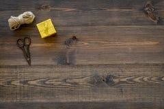Για να τυλίξει το δώρο Κιβώτιο, λεπτό σκοινί, sciccors στην ξύλινη τοπ άποψη υποβάθρου copyspace Στοκ Φωτογραφία