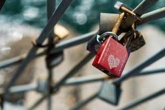 Για πάντα, κόκκινη κλειδαριά αγάπης Στοκ φωτογραφία με δικαίωμα ελεύθερης χρήσης