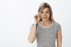 Για ποιο πράγμα μιλάτε Πορτρέτο αβέβαιου ταραγμένου ελκυστικού ξανθού, που βγάζει τα γυαλιά και που, όντας στοκ εικόνες με δικαίωμα ελεύθερης χρήσης
