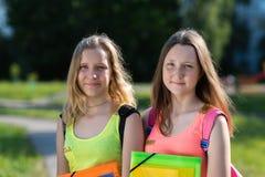 Για τις φίλες φίλων κοριτσιών Καλοκαίρι στη φύση Χέρια που κρατούν έναν φάκελλο σημειωματάριων Χαμογελά ευτυχώς Έτοιμος να πάει στοκ εικόνες