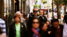 Για τους πεζούς ακολουθία κυκλοφορίας πόλεων σε αργή κίνηση απόθεμα βίντεο