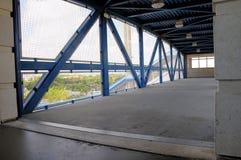 Για τους πεζούς ασφαλές overpass στο σταθμό τρένου, ΛΦ στοκ εικόνα