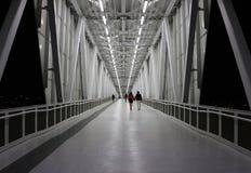 Για τους πεζούς γέφυρα πέρα από την εθνική οδό τη νύχτα Στοκ Φωτογραφία