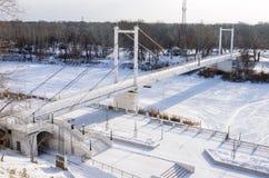 Για τους πεζούς γέφυρα πέρα από τον ποταμό Ural στο Όρενμπουργκ Στοκ Φωτογραφίες