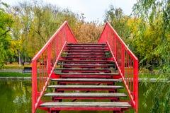 Για τους πεζούς γέφυρα στο πάρκο στοκ εικόνα