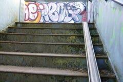 Για τους πεζούς γέφυρα Graffitied με το κλιμακοστάσιο ποδηλάτων Στοκ Εικόνες
