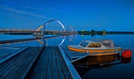 Για τους πεζούς γέφυρα Solvesborg στο τοπίο νύχτας - λιμενική άποψη Στοκ Εικόνες
