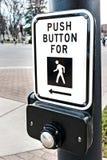 Για τους πεζούς κουμπί διαβάσεων πεζών στοκ εικόνες