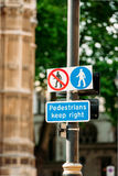 Για τους πεζούς κρατήστε δεξιά το σημάδι Στοκ φωτογραφίες με δικαίωμα ελεύθερης χρήσης