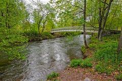 Για τους πεζούς ξύλινη γέφυρα πέρα από το ρεύμα Στοκ φωτογραφίες με δικαίωμα ελεύθερης χρήσης