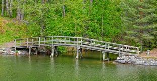Για τους πεζούς ξύλινη γέφυρα πέρα από το ρεύμα Στοκ εικόνα με δικαίωμα ελεύθερης χρήσης