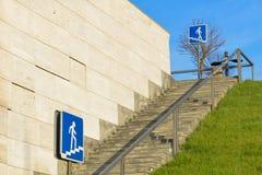 Για τους πεζούς πέρασμα, κάθοδος εικονιδίων επάνω τα σκαλοπάτια στοκ φωτογραφία με δικαίωμα ελεύθερης χρήσης