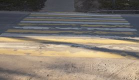 Για τους πεζούς πέρασμα, με ραβδώσεις, λευκό, κίτρινος, που φοριέται, κακώς ορατό, στοκ εικόνες