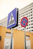 Για τους πεζούς πέρασμα οδικών σημαδιών στα κτήρια υποβάθρου Στοκ φωτογραφία με δικαίωμα ελεύθερης χρήσης