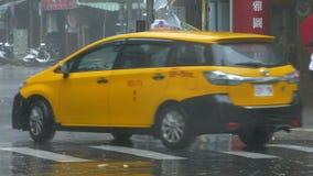 Για τους πεζούς προσπάθειες να διασχιστεί η οδός στον αέρα και τη βροχή τυφώνα φιλμ μικρού μήκους
