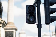 Για τους πεζούς σήματα φωτεινού σηματοδότη LGBT που συμβολίζουν την ισότητα, την ποικιλομορφία και την ανοχή στοκ φωτογραφία
