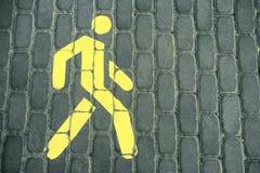 Για τους πεζούς σημάδι Ο για τους πεζούς δρόμος Το σημάδι είναι κίτρινο Στοκ Εικόνα