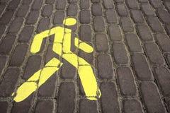 Για τους πεζούς σημάδι Ο για τους πεζούς δρόμος Το σημάδι είναι κίτρινο Στοκ εικόνα με δικαίωμα ελεύθερης χρήσης
