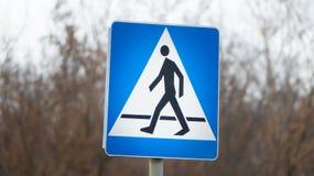 Για τους πεζούς σημάδι του σταυρού οδών περιπάτων Στοκ φωτογραφία με δικαίωμα ελεύθερης χρήσης
