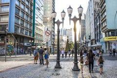Για τους πεζούς σηματοφόρος και ζέβρ cros σε XV της οδού Νοεμβρίου σε Curitiba στοκ εικόνες