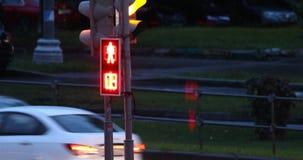 Για τους πεζούς φωτεινός σηματοδότης με τους διακόπτες αντίστροφης μέτρησης από κόκκινο σε πράσινο απόθεμα βίντεο