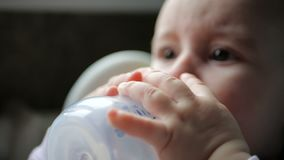 Για χάδια νερό συνεδρίασης μωρών και από ένα μπουκάλι στο εσωτερικό σε σε αργή κίνηση φιλμ μικρού μήκους