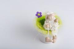 Για χάδια woolly στον γκρίζο πίνακα στοκ εικόνα