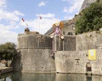 Γιγαντιαία κούκλα Pippi Longstocking στον τοίχο του φρουρίου της παλαιάς πόλης Kotor την παραμονή XXV φεστιβάλ Kotor του θεάτρου  Στοκ Φωτογραφίες
