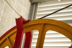 Γιγαντιαία ρόδα τροχαλιών στο σταθμό ανελκυστήρων με στην άνοιξη r Επίδραση χρώματος Στοκ εικόνες με δικαίωμα ελεύθερης χρήσης